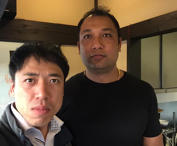 真顔部員(左)と店主アシシュ・シルプカーさん(右)