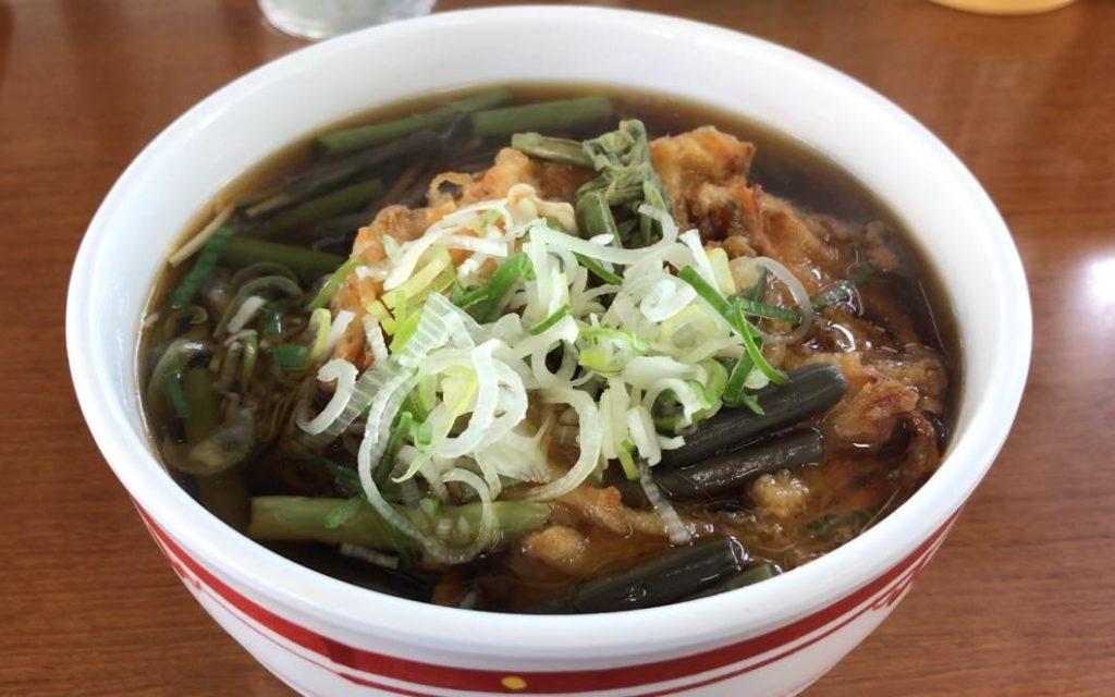 松本駅ホームの立ち食いそば 信州生そばの特上山菜天ぷらそば
