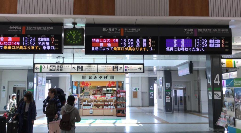 松本駅のホームへ