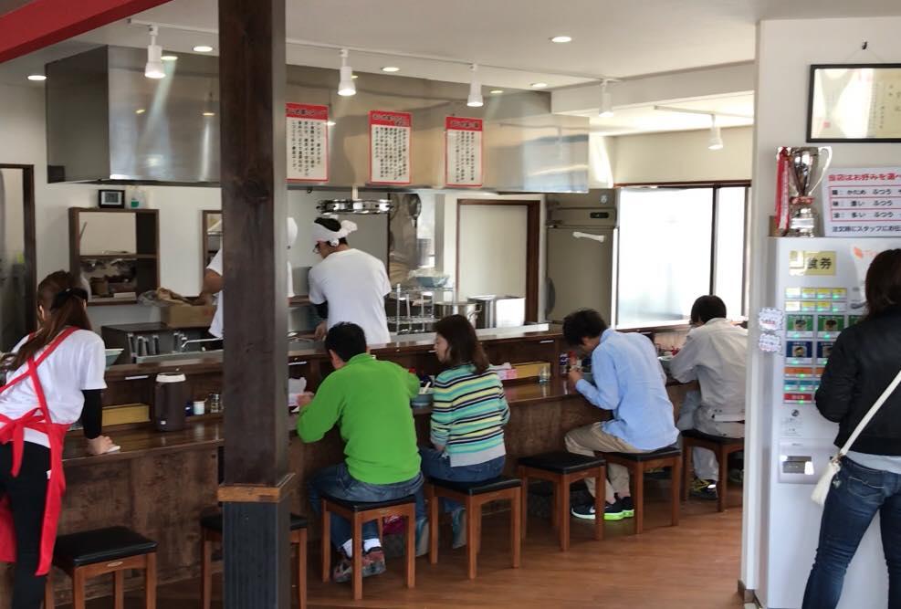 松本市梓川のラーメン屋「まじめ家」の店内