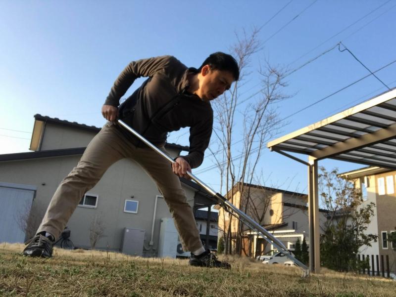 芝生でトレーニング