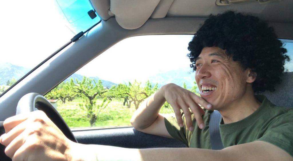 安曇野を走るピカピカにガラスコーティングされた桜花自動車のクラウン