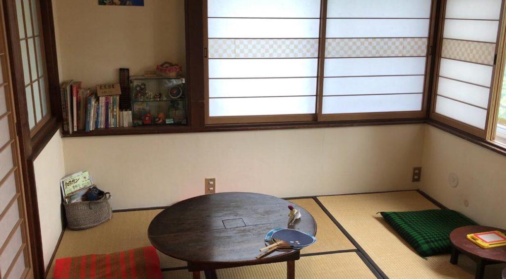 松本市のカフェ、実家カフェの店内にはちゃぶ台