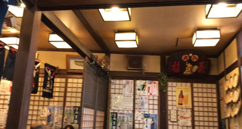 居酒屋であり、そば屋の和利館の店内