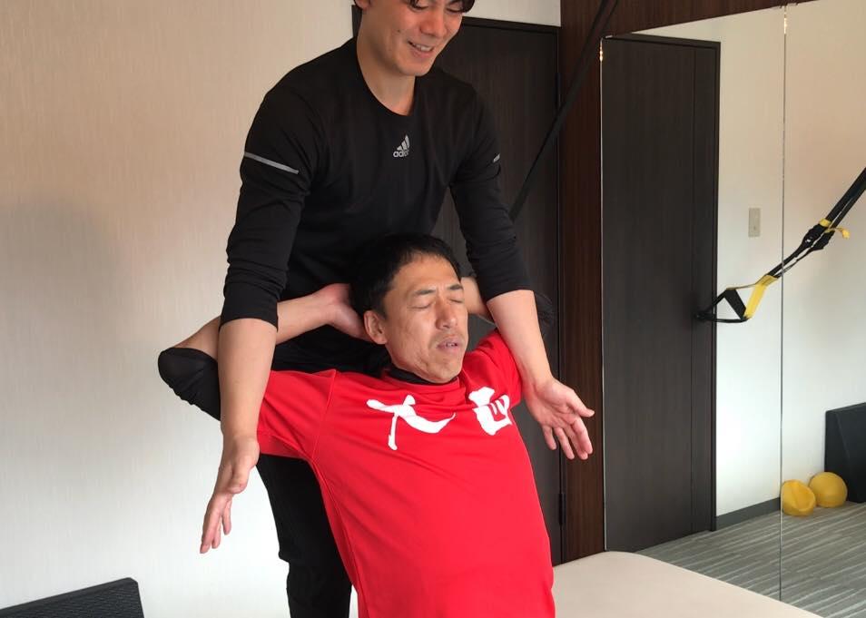 ストレッチによるリラクゼーション ボディケアのストレッチラボ シンで肩甲骨のストレッチ