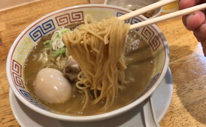 松本市の鶏白湯の鶏煮干しラーメンは中太ストレート