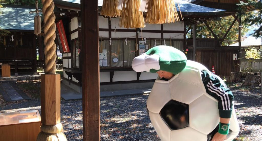 筑摩神社で祈願