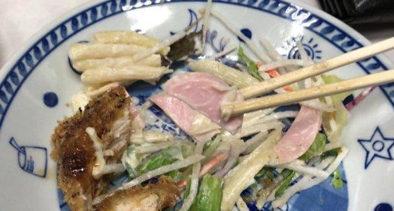 魚肉ソーセージの入ったサラダ