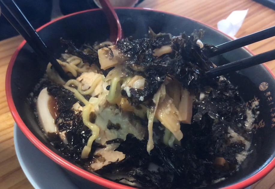 松本市 煮干しらぁめん 燕黒(つばくろ)の燕黒岩のりらぁめん