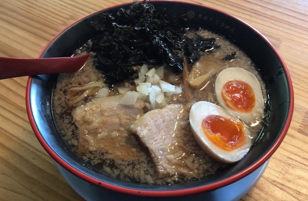 松本市 煮干しらぁめん 燕黒(つばくろ)の燕黒らぁめん