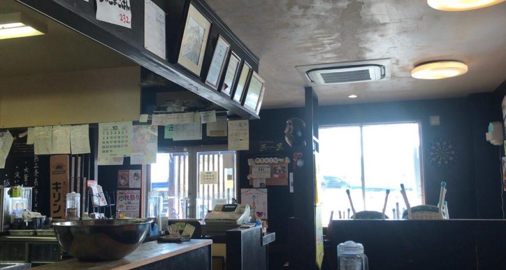 松本市 煮干しらぁめん 燕黒(つばくろ)の店内