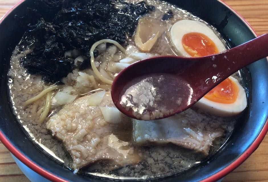 松本市 煮干しらぁめん 燕黒(つばくろ)の燕黒らぁめんのスープ