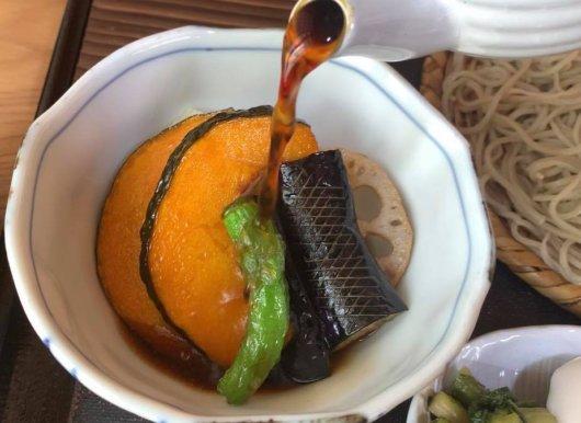 松本市 そば屋 兎々屋の土瓶鶏つけそばの食べ方
