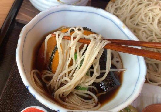 松本市 そば屋 兎々屋の土瓶鶏つけそばがおいしい